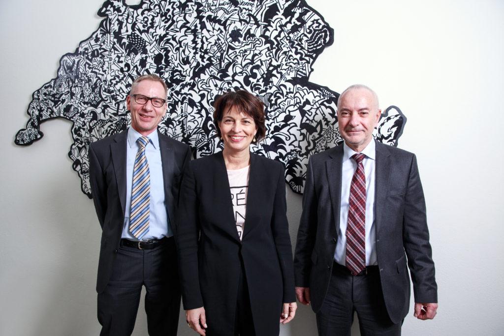 Bundespräsidentin Doris Leuthard mit Willy Gehrer, Präsident Geothermie-Schweiz (rechts), und Jürg Abbühl, Generalsekretär Geothermie-Schweiz. © Marco Zanoni / Lunax